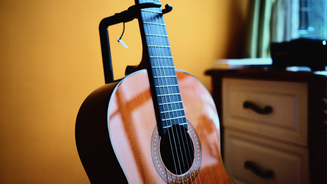 acoustic_guitar_stand_unsplash