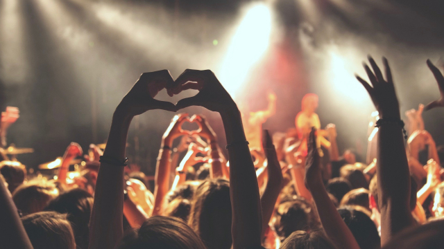 concert_crowd_heart