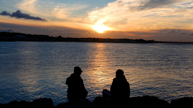 couple_lake_sunset