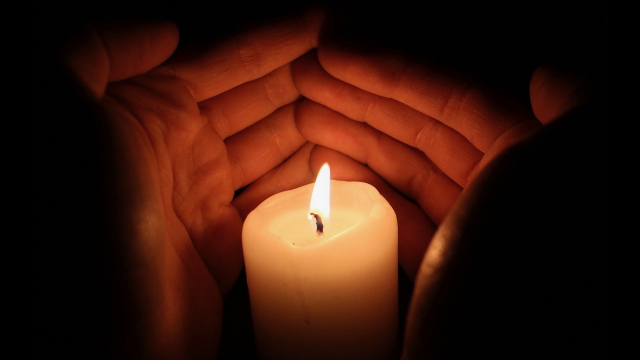 light_candle_hands