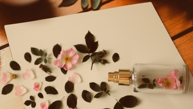 perfume_deconstructed_flowers_petals_pag
