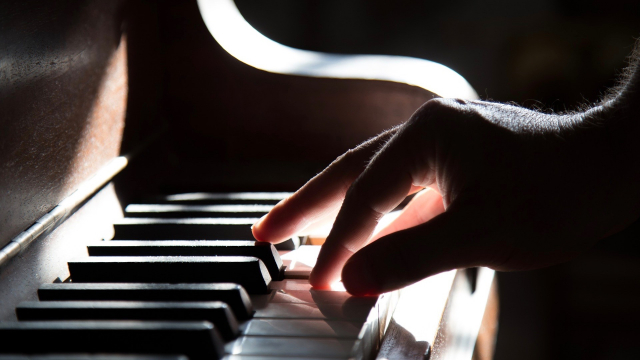 piano_hand_playing