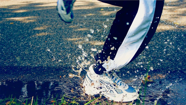 running_trainers_splash_puddle