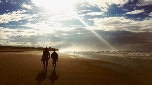 walking_pair_beach_sky